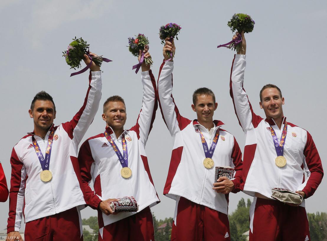 Az aranyérmes Kammerer Zoltán, Tóth Dávid, Kulifai Tamás és Pauman Dániel (b-j) a bakui I. Európa Játékok férfi kajak négyes 1000 méteres versenyének eredményhirdetésén Mingachevirben 2015. június 16-án.