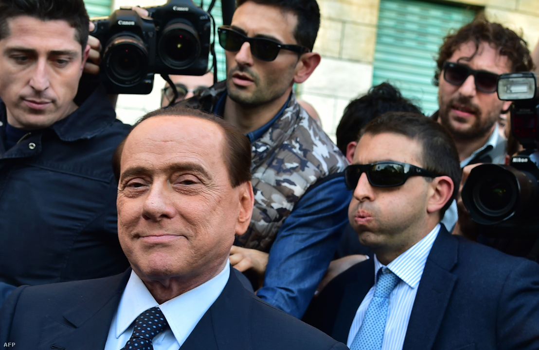Silvio Berlusconi elhagyja a bíróságot 2015-ben