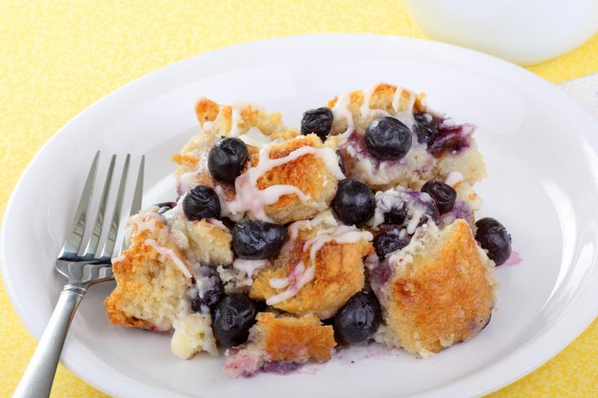 Vaníliás, gyümölcsös kenyérpuding: ezért se dobd ki a száraz péksütiket