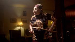 Magdi anyus dühöng és piál egy új videóklipben