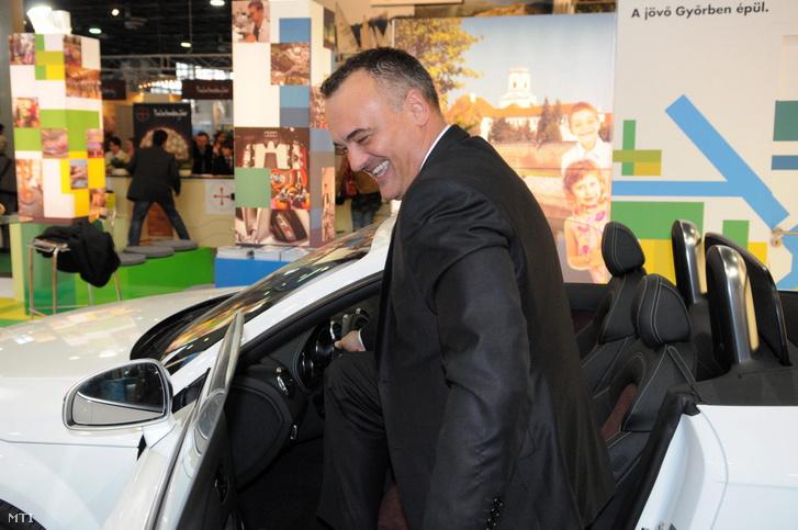 Borkai Zsolt, Győr polgármestere beül egy Audi gépkocsiba a 34. alkalommal megrendezett Nemzetközi Idegenforgalmi Kiállítás győri standján a Hungexpo Budapesti Vásárközpontban 2011. március 3-án