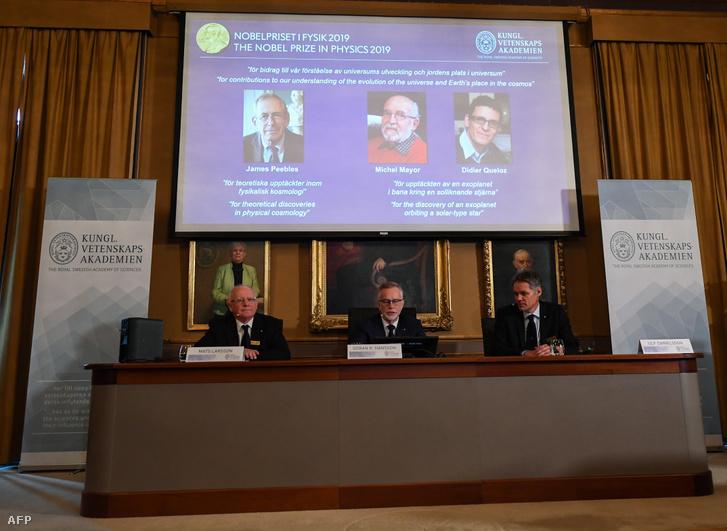 A Nobel bizottság tagjai, Mats Larsson (elnök), Goran K. Hansson (főtitkár) és Ulf Danielson a fizikai Nobel-díj bejelentésén a Svéd Királyi Tudományos Akadémián Stockholmban 2019. október 8-án