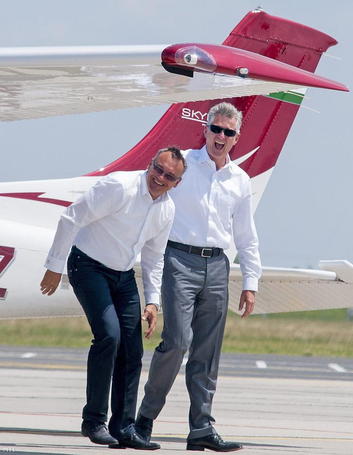 Borkai Zsolt, Győr polgármestere (b) és Thomas Faustmann, az Audi Hungaria Motor Kft. ügyvezető igazgatója a repülőtéren