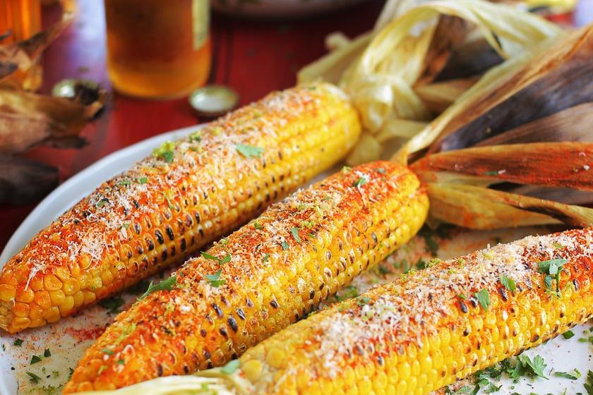 Mexikói stílusban készült, fűszeres grillezett kukorica: vajjal és parmezánnal lesz igazán finom