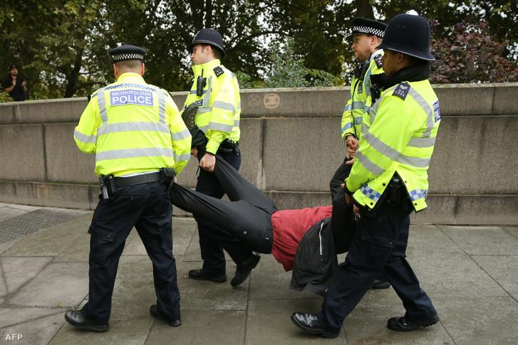 Rendőrök tartóztatják le az Extinction Rebellion egyik aktivistáján London központjában 2019. október 7-én