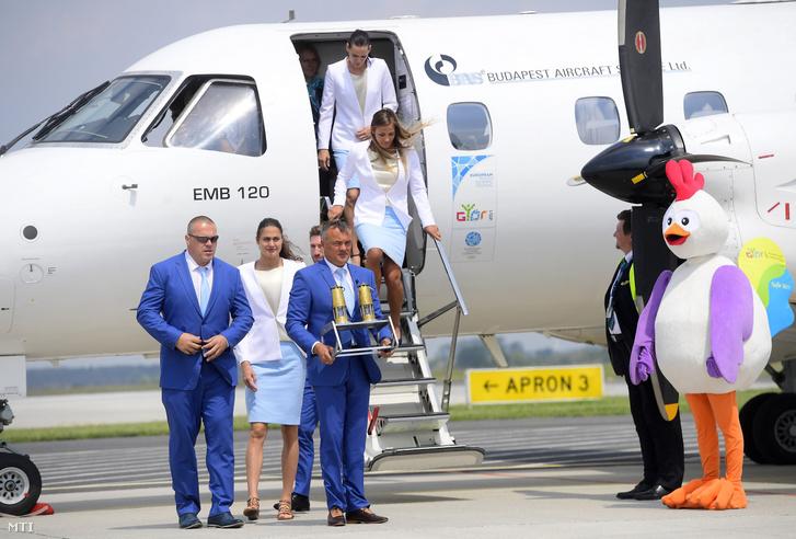 Borkai Zsolt Győr polgármestere megérkezik az Európai Ifjúsági Olimpiai Fesztivál lángjával a péri repülőtérre 2017. május 24-én
