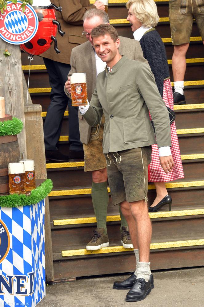 Érkezik még Thomas Müller is egy jó nagy kriglivel.