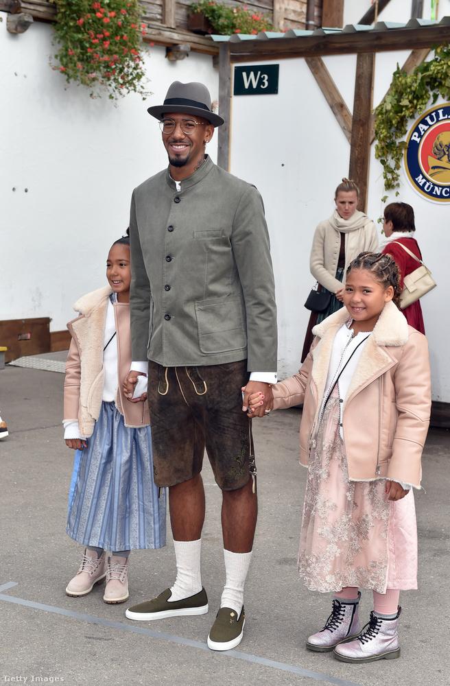 Jérôme Boateng az ikerlányaival jött el, borzasztó aranyosak.