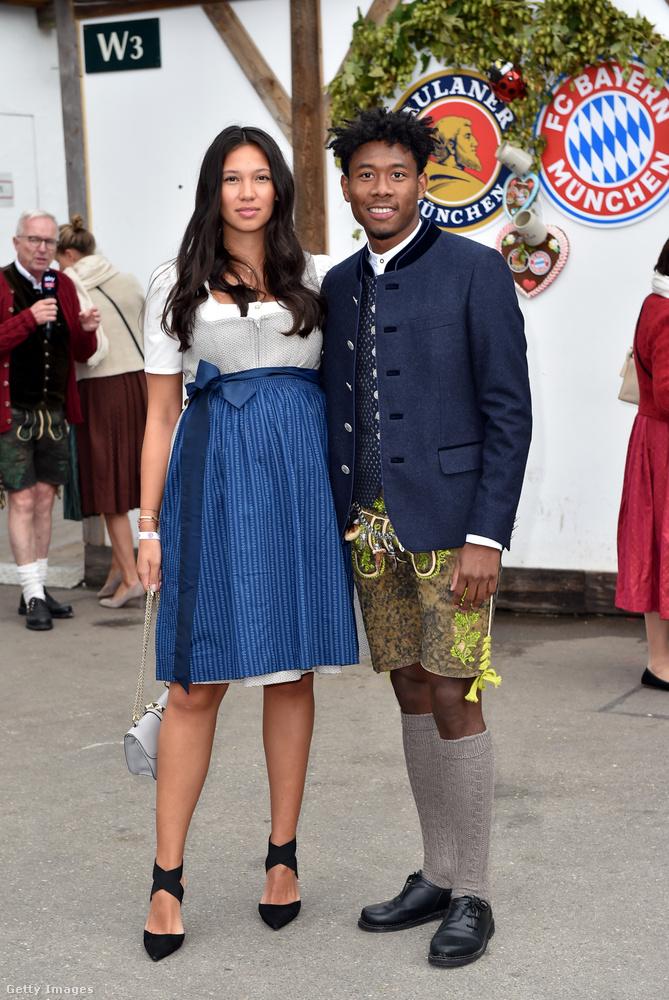 David Alaba focistaként nyilván hozzá van szokva a rövidnadrág-térdzokni viseléséhez, mellette kedvese, Shalimar Heppner áll.