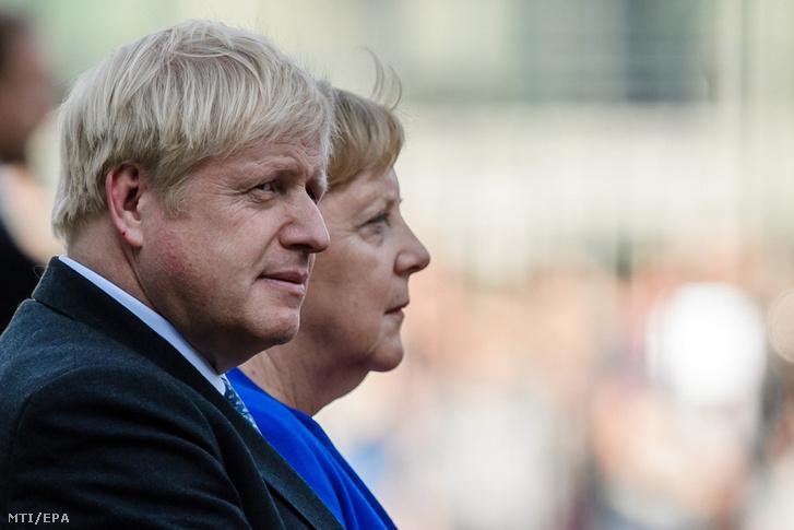 Angela Merkel német kancellár (j) és Boris Johnson brit miniszterelnök a berlini kancellári hivatalban tartott fogadási ünnepségen 2019. augusztus 21-én.