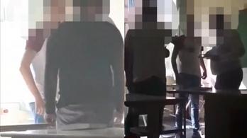 Lökdösték a tanárukat, a rendőrség hármójukat gyanúsítja, kirúgták őket