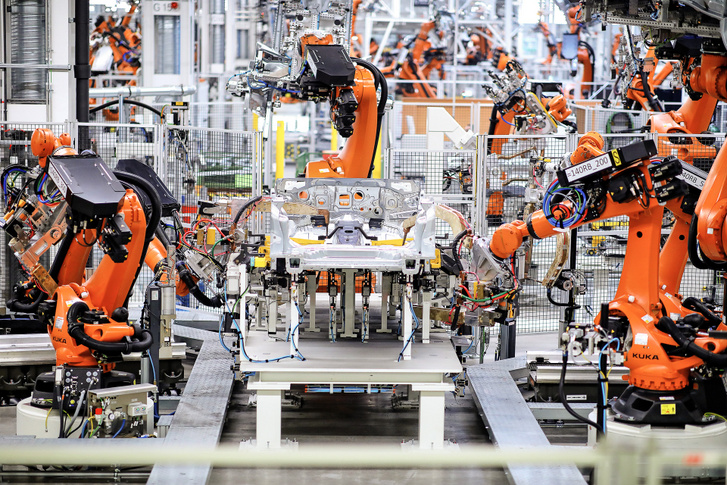A karosszériaüzem egyik automatizált gyártó szigetén a robotok ellenállás-ponthegesztést végeznek a padlólemezen