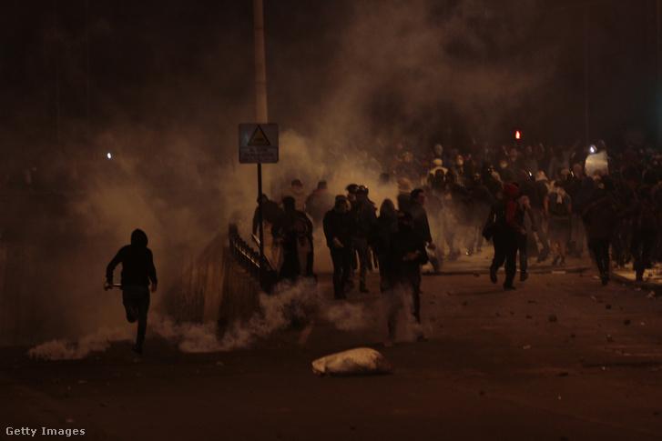 Az éjszakai megmozdulásokon is könnygázzal próbálták oszlatni a tömeget a rendőrök
