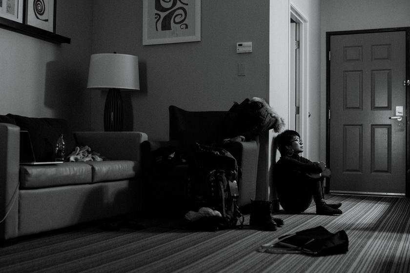 A kép akkor készült, amikor az erőszakot követően először utazott egyedül egy ismeretlen helyre. Félt, magányos volt, és elveszettnek érezte magát.