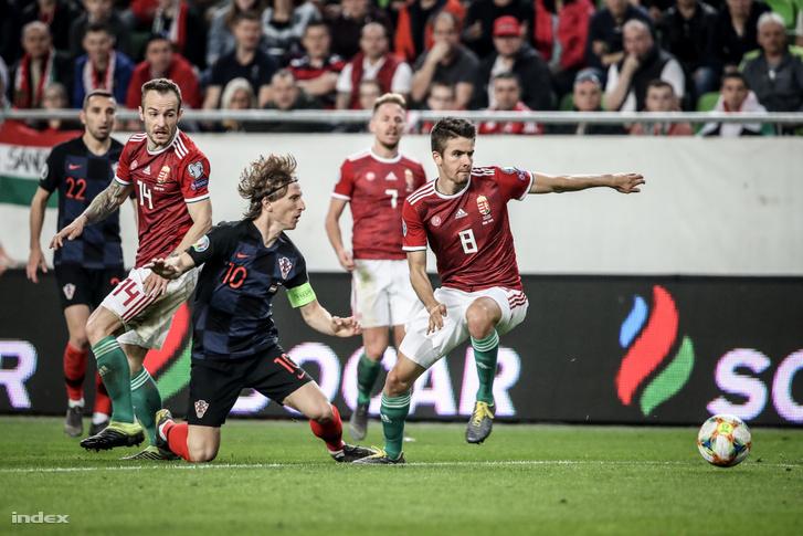 A horvát Luka Modric (b) és Nagy Ádám a Magyarország–Horvátország labdarúgó Európa-bajnoki selejtezőmérkőzésen a Groupama Arénában 2019. március 24-én