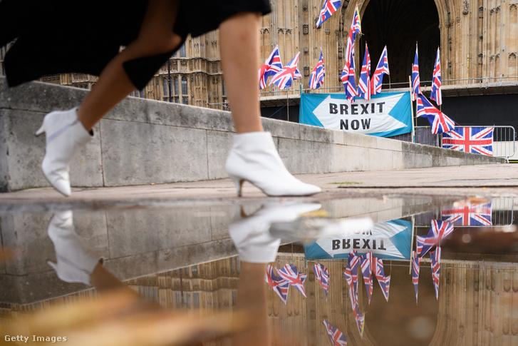 Brexitet támogató molinó az angol parlament épülete előtt szeptember 30-án