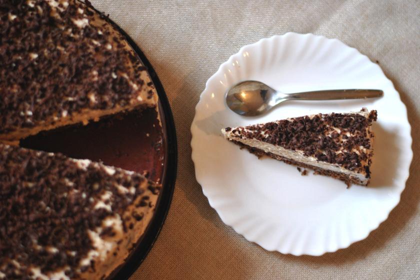 Gesztenyés süti tejszínes krémmel, pillekönnyű kakaós tésztával