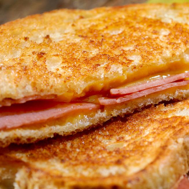 Percek alatt készül a világ legfinomabb sajtos melegszendvicse, ráadásul serpenyőben