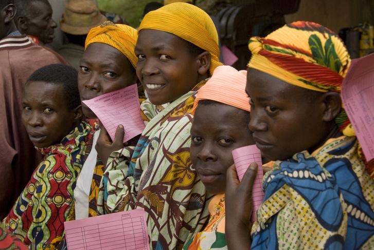 Burundi kávéültetvényen dolgozók állnak sorba a fizetésükért 2008-ban