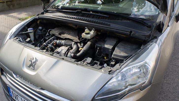 Kevés cuccal és személlyel kellemes társ a 115 lóerős 1,6-os HDI. Szinte elveszik a motortérben