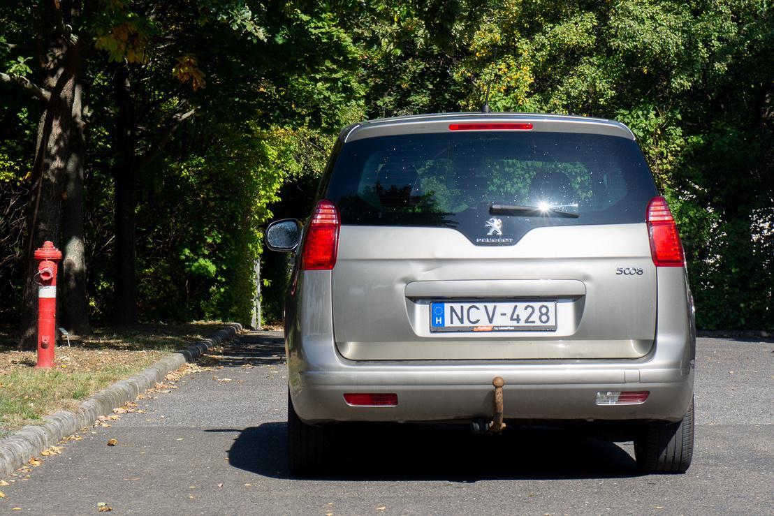 A Peugeot-k valahogy nem a hátulnézeteikről híresek, az 5008 sem kivétel
