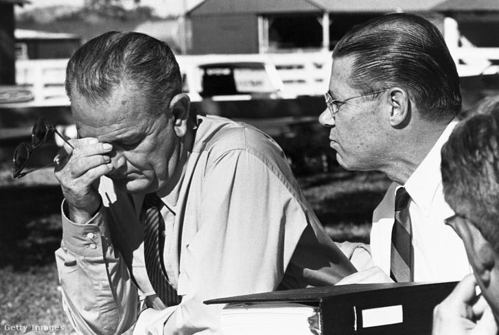 Lyndon B. Johnson elnök hallgatja Robert McNamara beszámolóját a vietnámi aktuális eseményekről 1964-ben