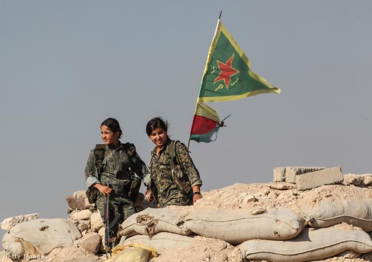 A Kurd Népvédelmi Egységek női katonái Kobaninál a 2015-ben a terület Iszlám Állam alól való felszabadítása után