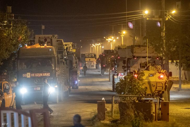 Török katonai konvoj lépi át a szír határt 2019 október 8-án.