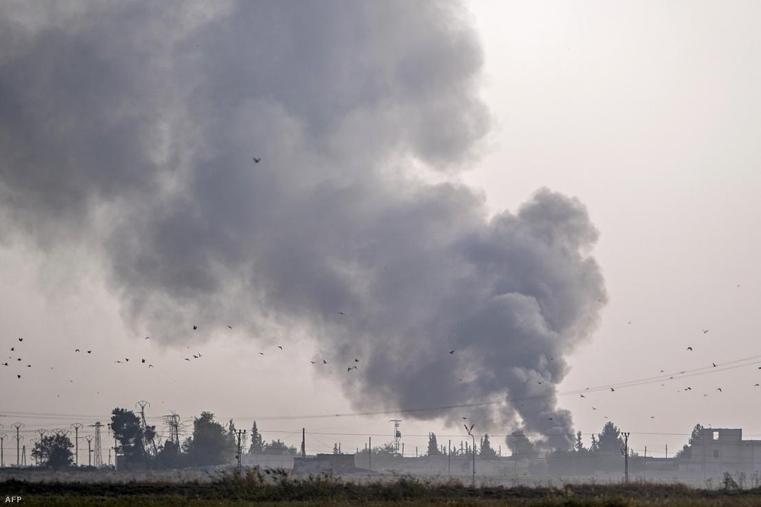 Füst száll fel a török bombázás után a török határ mellett található szíriai Tell Abiad városában