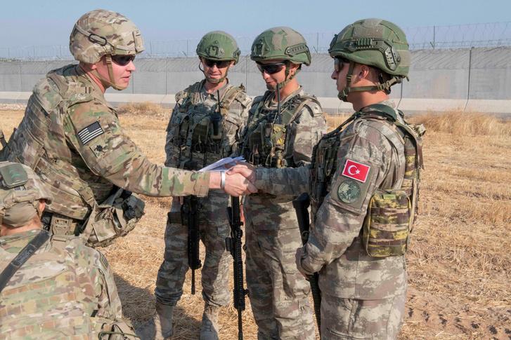 Amerikai és török katonák üdvözlik egymást egy közösen tartott járőrözés előtt 2019 október 4-én