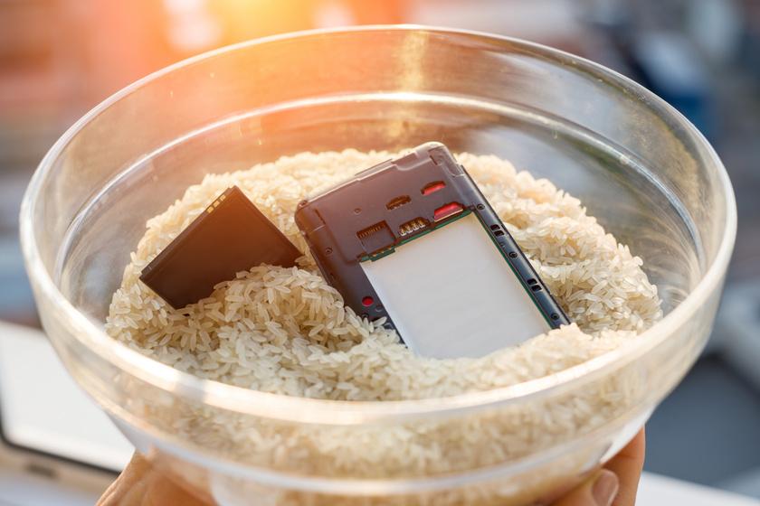 Megmenti a vizes telefont, eltünteti a rozsdát: csak egy kis rizs kell hozzá