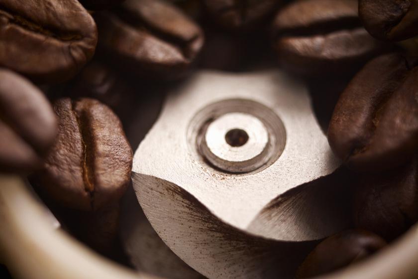 Ha nyers rizst teszel a kávédarálódba, a szemek tökéletesen kitisztítják azt, és még a penge élének is jót tesznek.