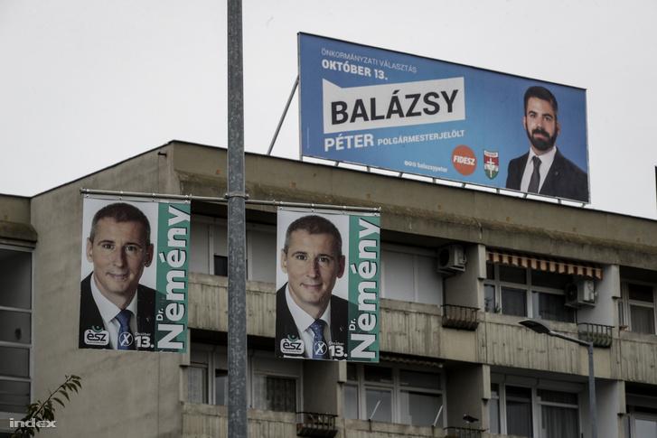 A fideszes Balázsy Péter és az ellenzéki Nemény András kampányplakátjai Szombathelyen.