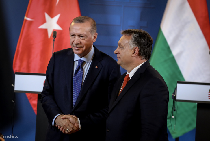 Turkish President Recep Tayyip Erdogan (L) shakes hands with Hungarian Prime Minister Viktor Orban (R) after their joint press conference following official talks in the Hungarian Parliament in Budapest on 8 October 2018.