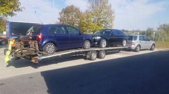 Egy fűnyírótraktor lógott le az amúgy is túlterhelt pótkocsiról