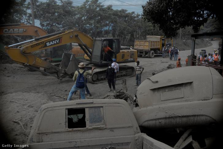 Munkagép segíti a keresést a Fuego vulkán kitörése után San Miguel Los Lotes faluban Guatemalában 2018. június 5-én