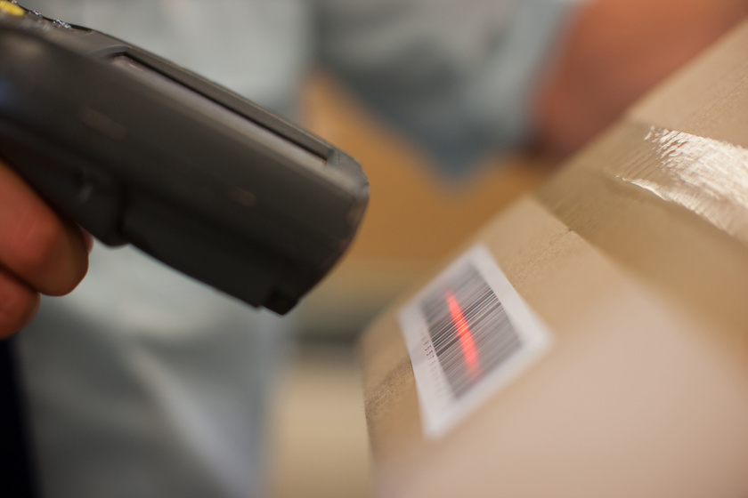 Brutálisan elbánt a futár a törékeny csomaggal: háborognak a vásárlók