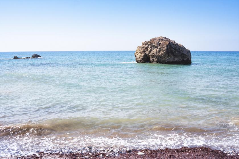 Nemcsak Aphrodité születése kötődik ide: a szikla eredeti neve A görög sziklája, azaz Petra Tou Romiou, mivel egy másik legenda szerint ezen a helyen állta útját a szaracénoknak a bizánci hős, Digenis Akritas.