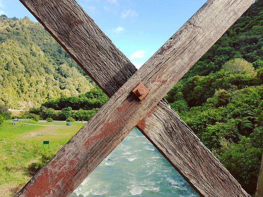 A híd korlátja épp a megfelelő helyeken vágja el a panorámát, tökéletesen felosztva azt.