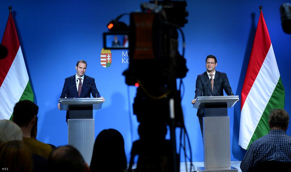 Miniszterelnökséget vezető miniszter (j) és Hollik István kormányszóvivő a Kormányinfó sajtótájékoztatón a Miniszterelnöki Kabinetiroda Garibaldi utcai sajtótermében 2019. október 10-én.