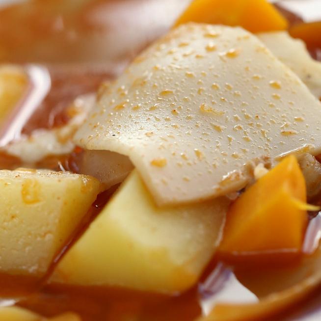 Lebbencsleves pirított tésztával, vitamindús zöldségekkel és ropogós szalonnával