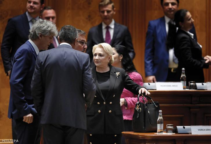 Viorica Dancila miniszterelnök (j) a kormány ellen beterjesztett bizalmatlansági indítvány vitáján a kétkamarás román parlament együttes ülésén Bukarestben 2019. október 10-én.