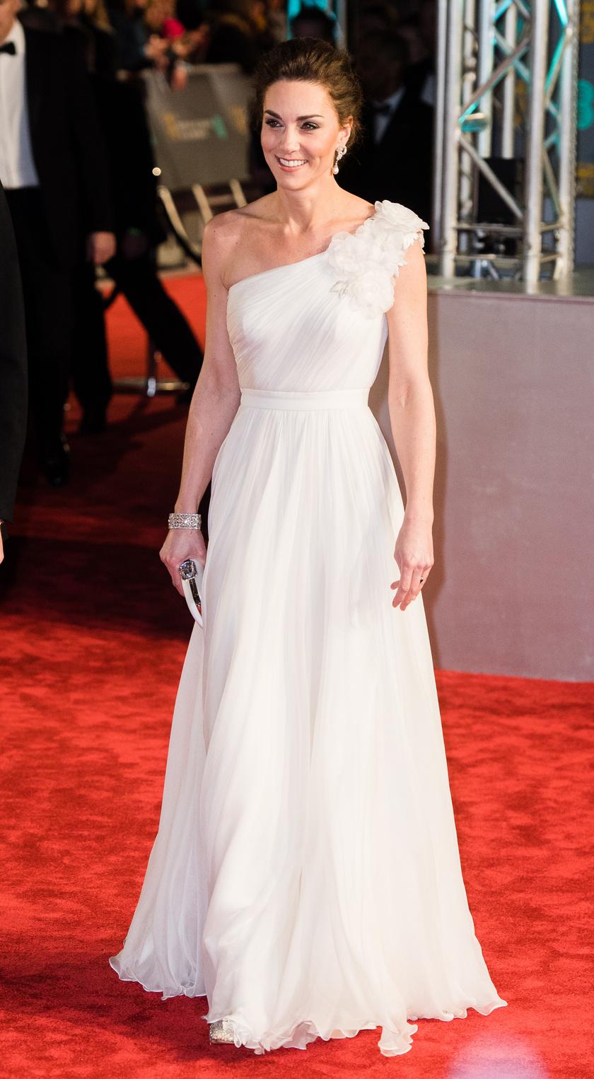 Idei legszebb ruháját a BAFTA-gálán viselte februárban, a Royal Albert Hallban. Hát nem olyan szép, mint egy menyasszony?