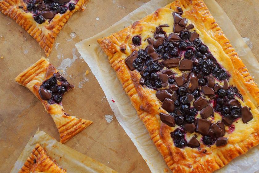 Villámgyors, leveles tésztás süti: mascarponekrémen csücsülnek a bogyós gyümölcsök