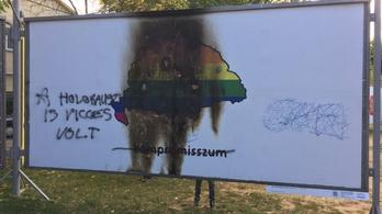 Felgyújtották az ARC kiállítás egyik plakátját