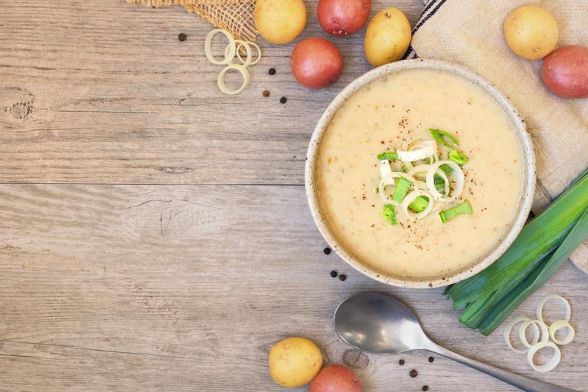 Sűrű, tejfölös krumplileves póréhagymával: gyors és nagyon finom