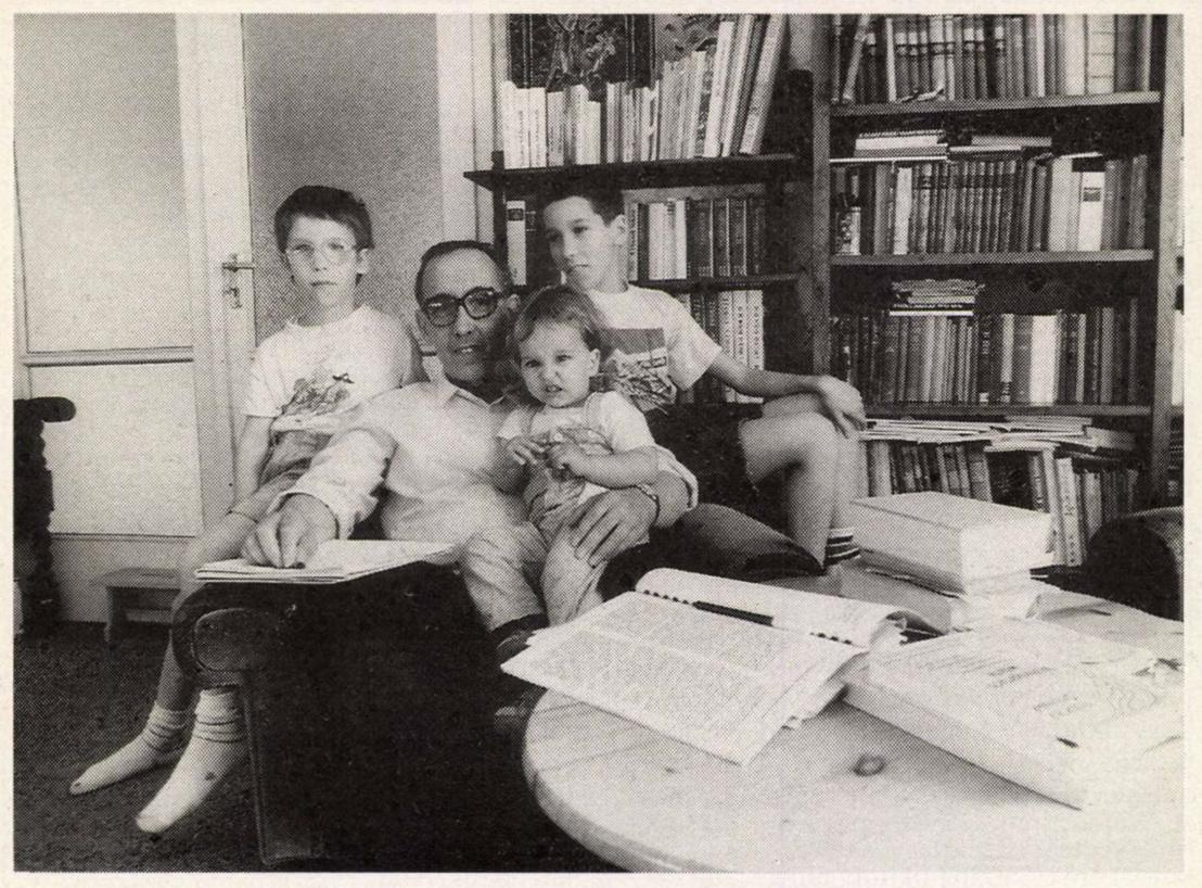 Vekerdy Tamás gyermekeivel otthonában. Forrás: Arcanum adatbázis