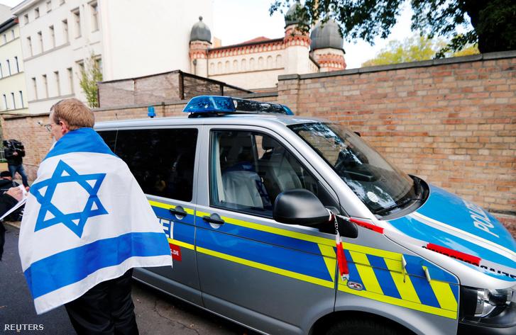 Rendőrségi autó a támadás helyszínén 2019. október 10-én.