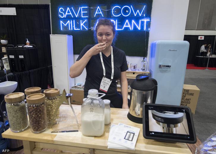 Az Almond Cow, bemutatja a különböző diófélékből tej előállításához használt sajtológépet a Western Food and BeveragesExpo-n, a los Angeles-i Kongresszusi Központban, 2019. augusztus 27-én.
