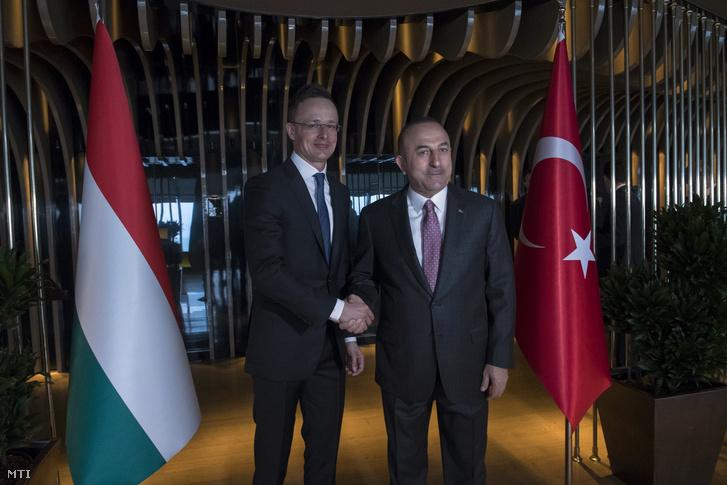 Mevlüt Cavusoglu török külügyminiszter fogadja Szijjártó Péter külgazdasági és külügyminisztert Isztambulban 2019. február 13-án.